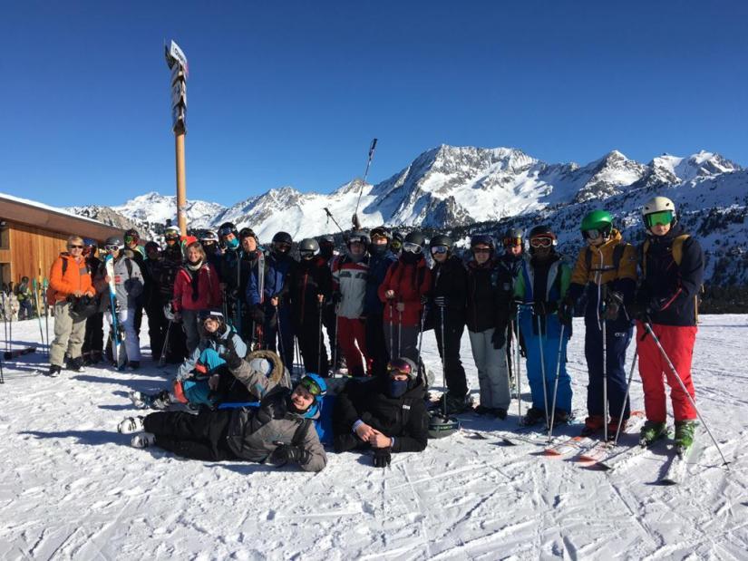 Jeunes en tenue de ski prêts à dévaler les pentes